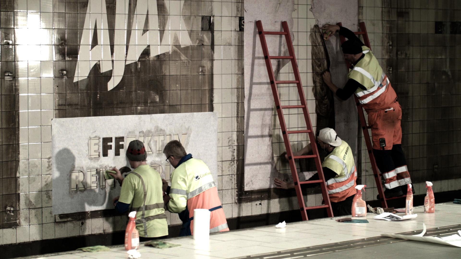 تبلیغات دیوار مترو با شوینده آژاکس Ajax